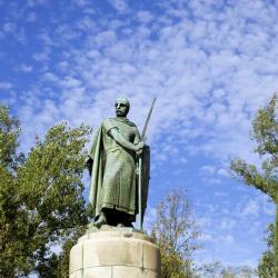 돔 아폰소 엔리케스 동상