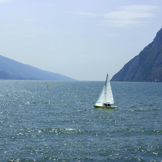 Windsurfen en zeilen op het Gardameer
