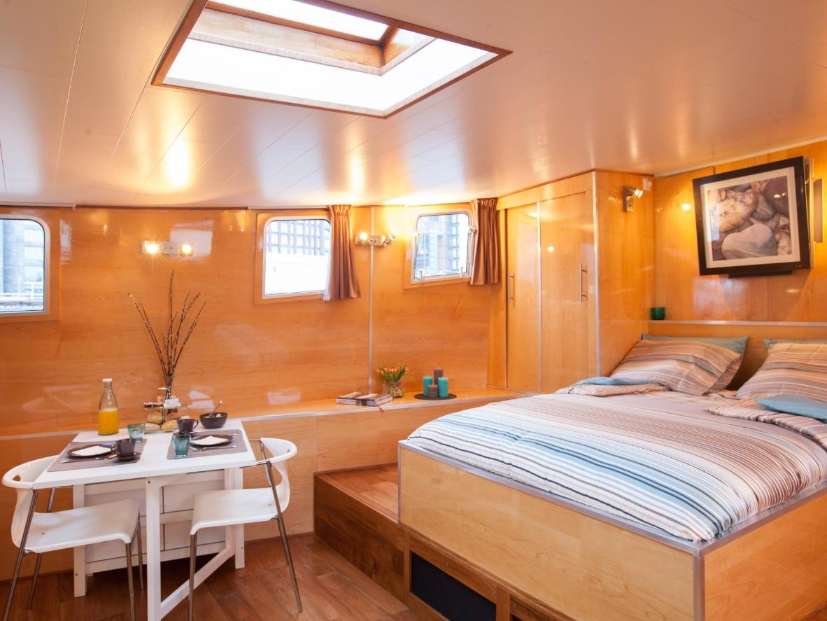 This houseboat offers total peace and privacy right in the city centre
