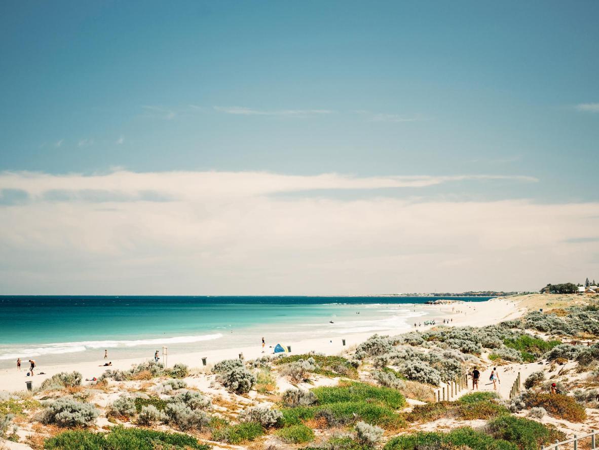 Confira as águas cristalinas e ótimas condições para surfar em Scarborough Beach