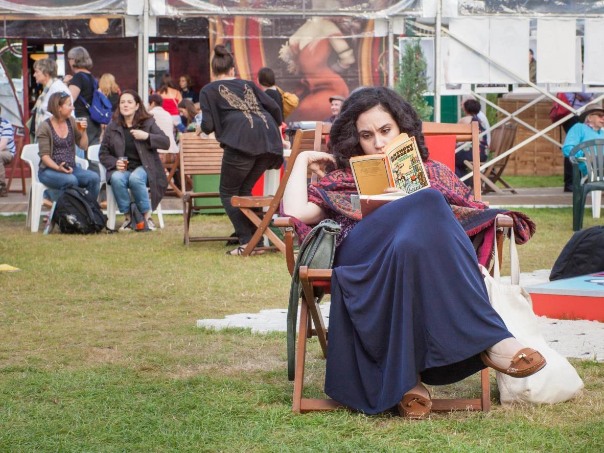 Läs i en park på Edinburghs internationella bokfestival