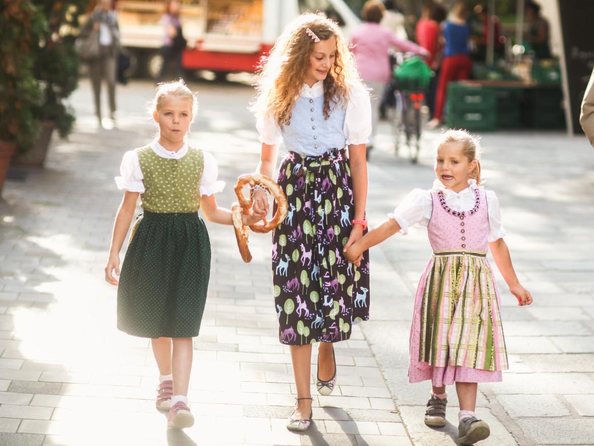 ドイツの多くの学校では、生徒が学校行事でオクトーバーフェストを訪れます