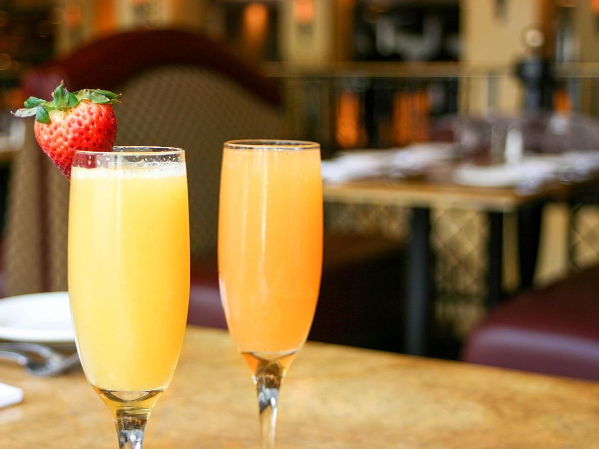 Lekki i słodki koktajl mimosa to jeden z najbardziej popularnych koktajli na leniwy brunch