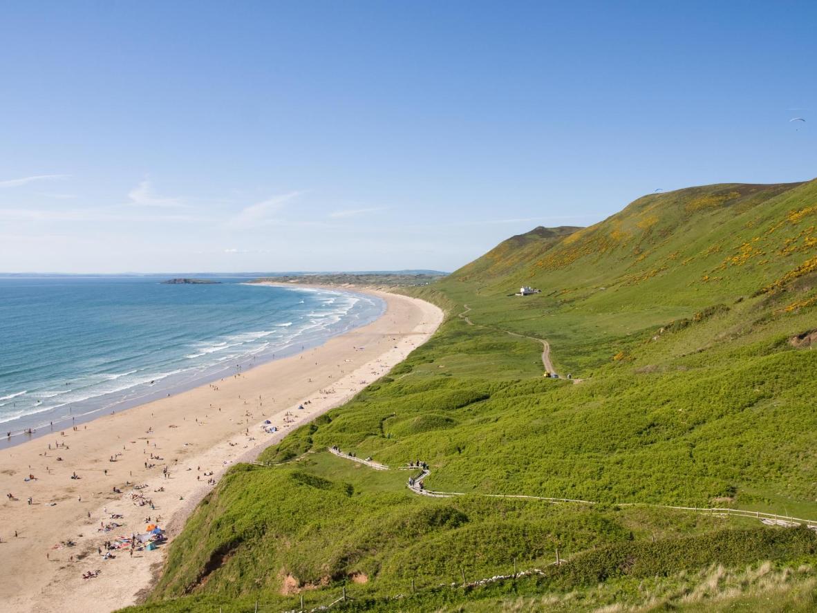 Pješčana plaža Rhossili, prepuna pijeska i surfera, mogla bi biti i u Australiji