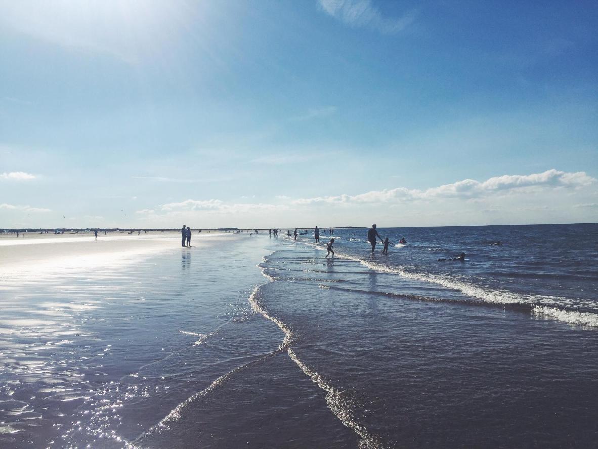 Rảo bước trên bãi biển Brancaster dài hàng dặm với cát vàng óng ánh