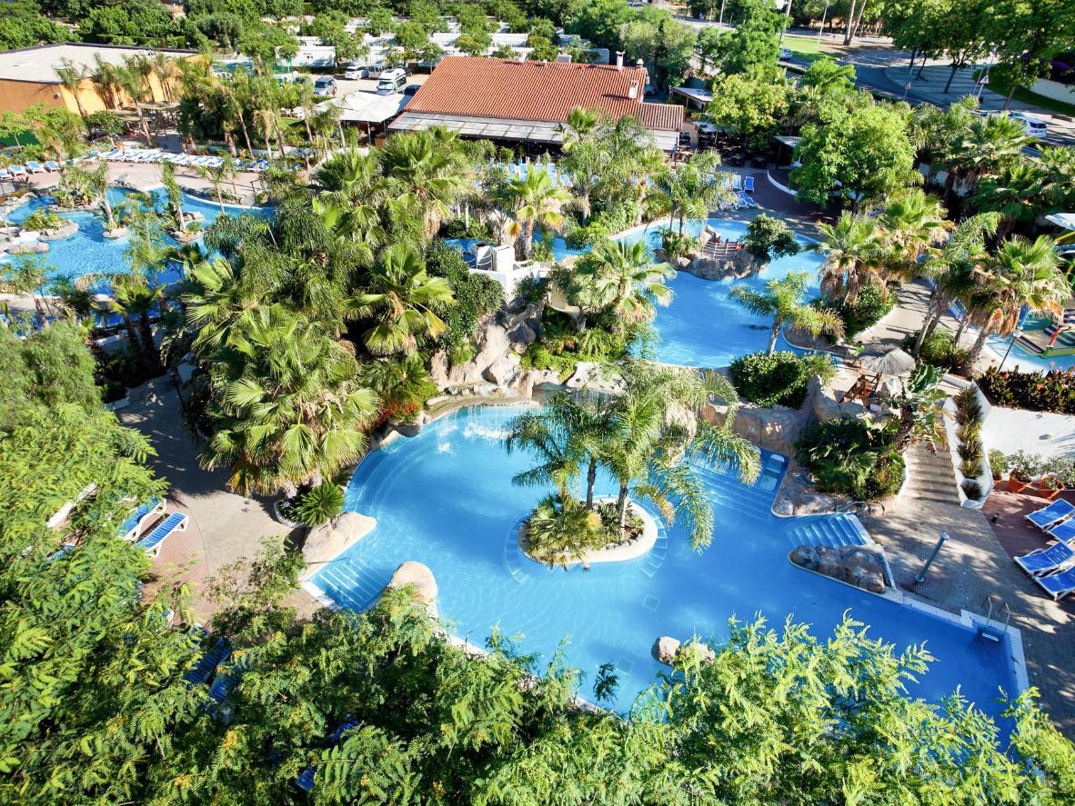 Lấp ló đằng sau hàng cọ, tha hồ lựa chọn giữa 4 hồ bơi ngoài trời tại La Siesta Salou Resort & Camping