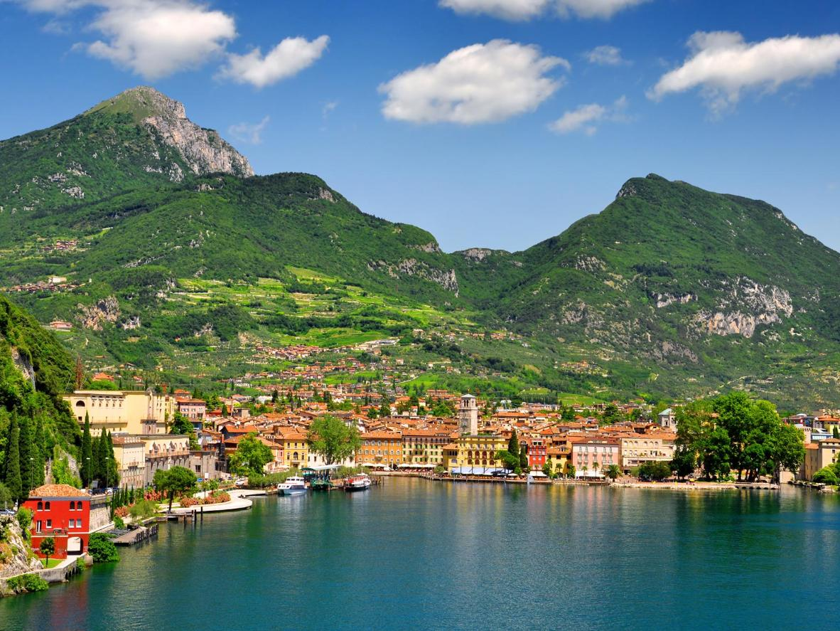 Het stadje Riva del Garda met zijn vele terracottadaken biedt toegang tot een schitterende bergpas