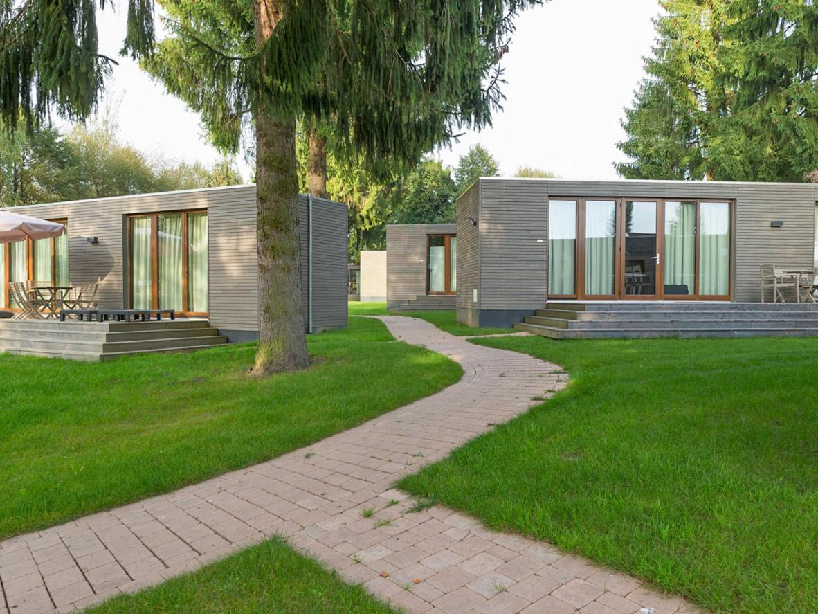 Moderne, khakifarbene Holzhütten auf dem bayerischen Campingpark Gitzenweiler Hof