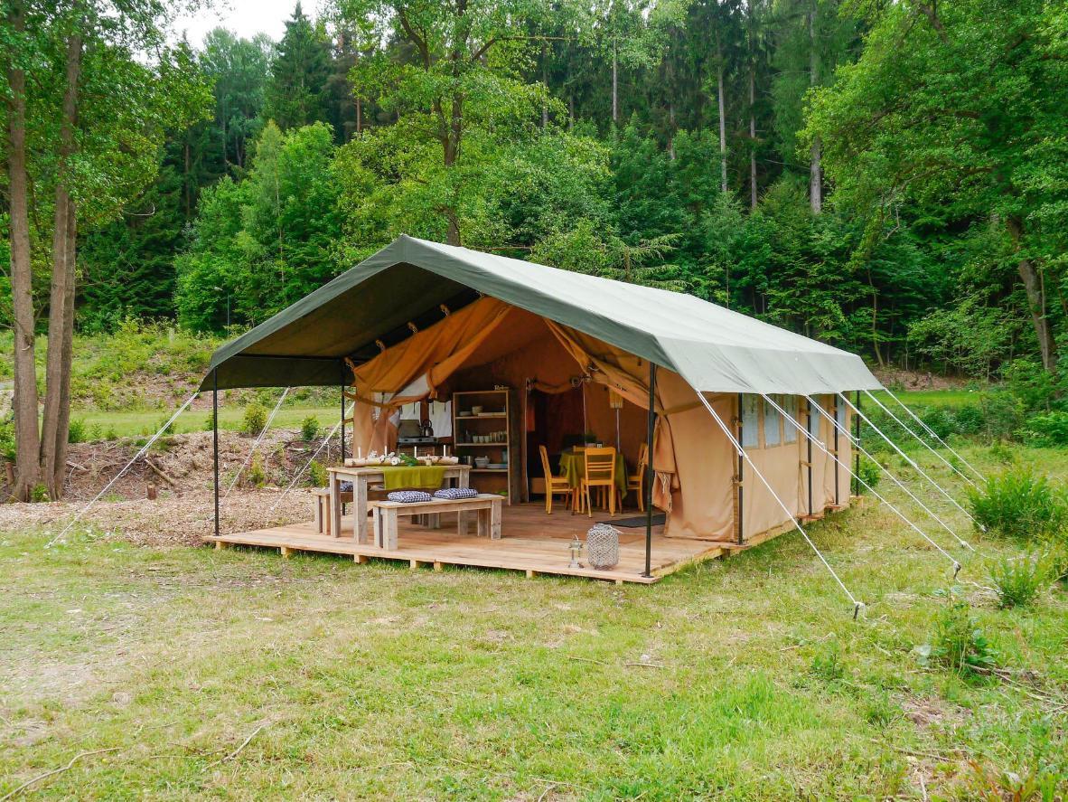 Genießen Sie Ihr Frühstück und Abendessen auf der Veranda Ihres Safari-Zeltes