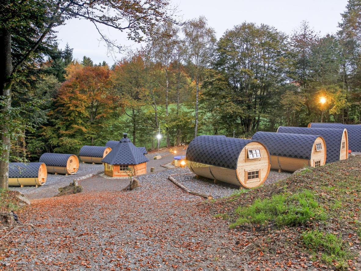 Die Holzfässer  auf dem Campingplatz schaffen ein märchenhaftes Ambiente