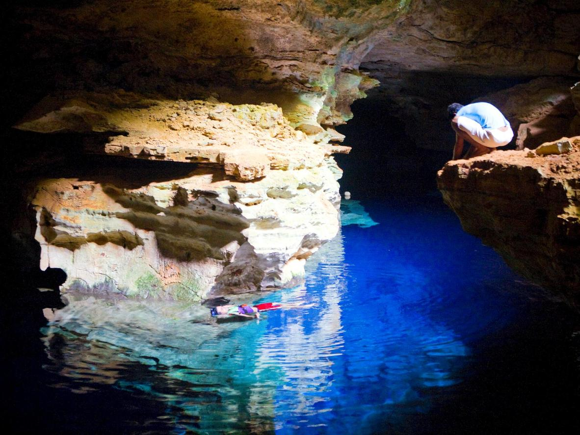 Opustite se u kristalno čistom jezeru špilje Poco Azul u Bahiji
