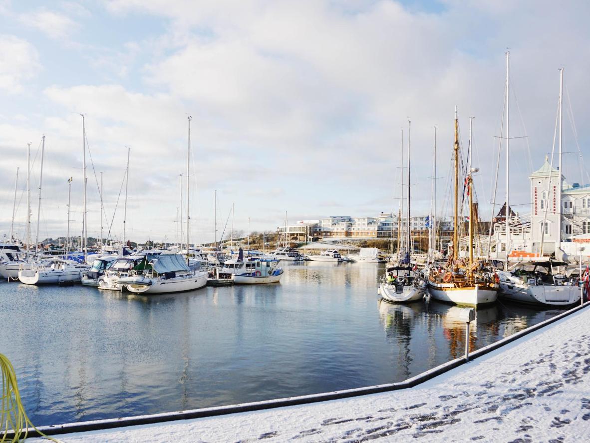 Zaśnieżona przystań w Strömstad