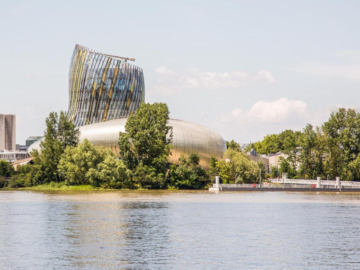 La Cité du Vin imite la forme d'une carafe à décanter