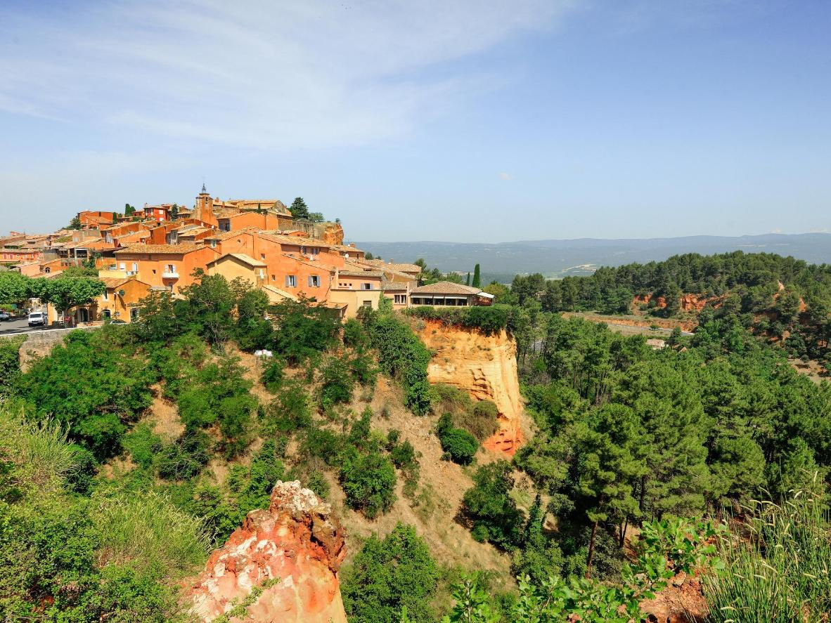 Roussillon est nichée dans le majestueux parc national régional du Luberon