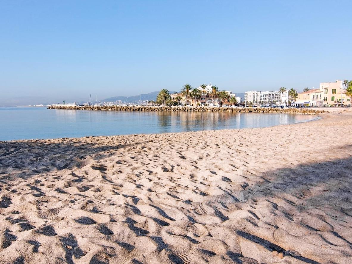 Disfruta de la arena blanca cerca de Portixol y termina el día con cena y copeo