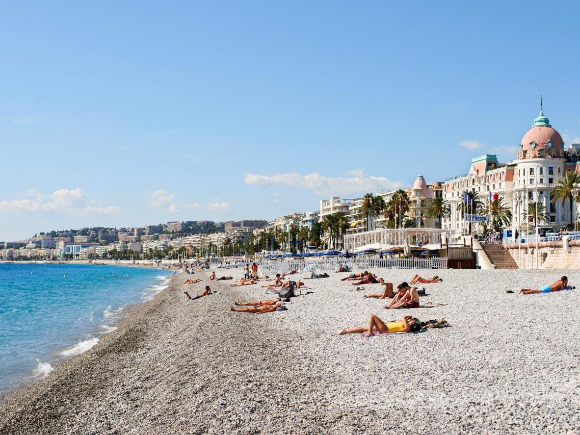 La perfezione della spiaggia lungo Promenade des Anglais