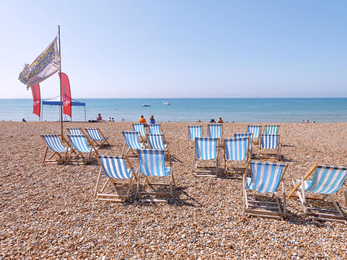 La spiaggia di ciottoli di Brighton è una tappa obbligata nel Regno Unito