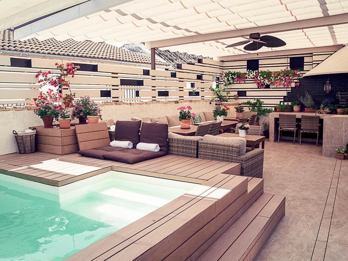 Offrez-vous un moment de détente sur ce toit-terrasse avec piscine et salon