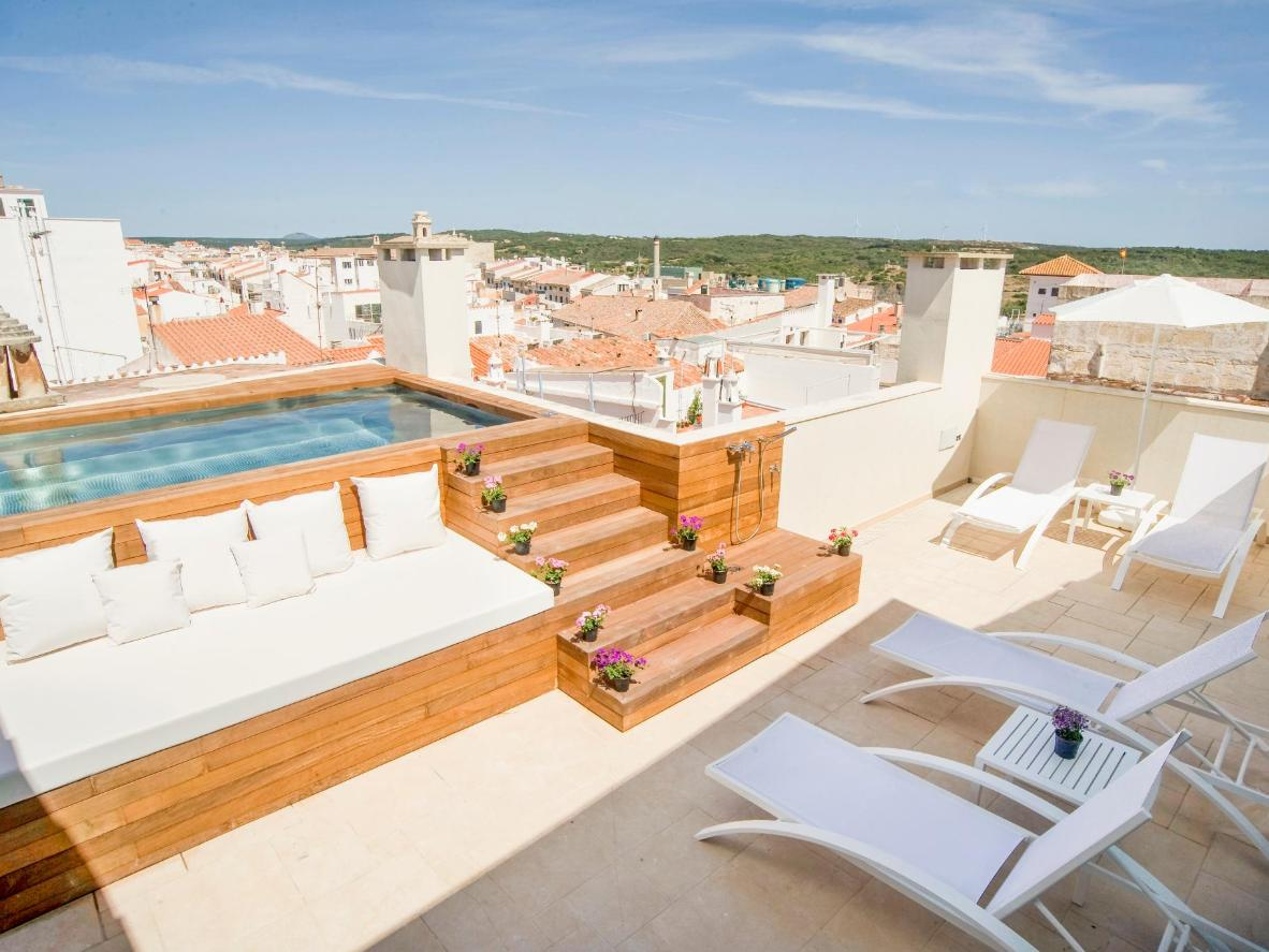 Profitez d'un bain à remous en admirant les toits en terre cuite de Mahón