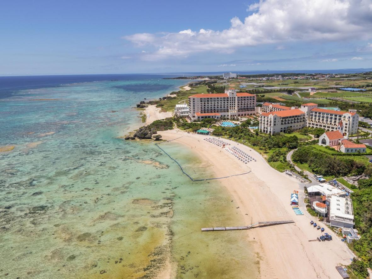 Yomitan lebih kepada pantai tempatan dengan jumlah pelancong asing yang lebih rendah