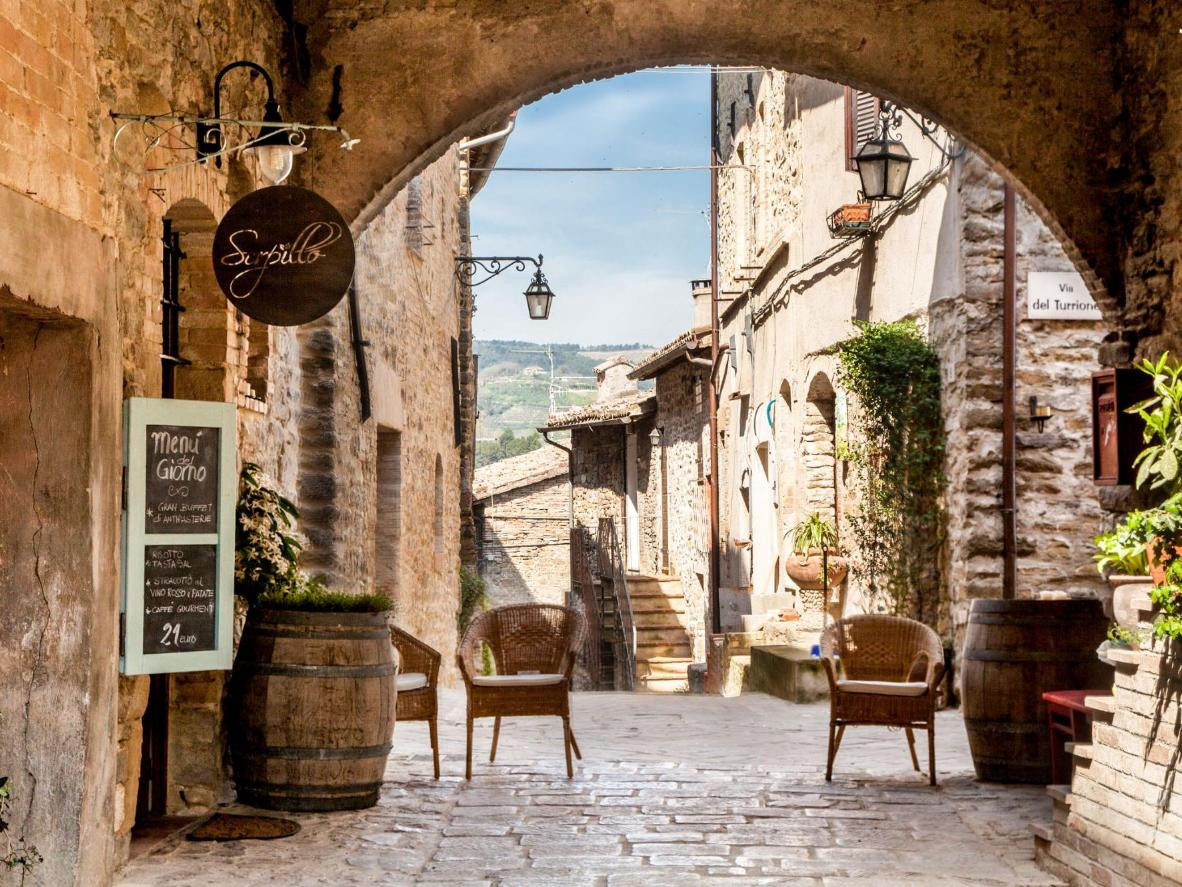 Ostello Bello Assisi is found amid Bevagna's quaint medieval streets