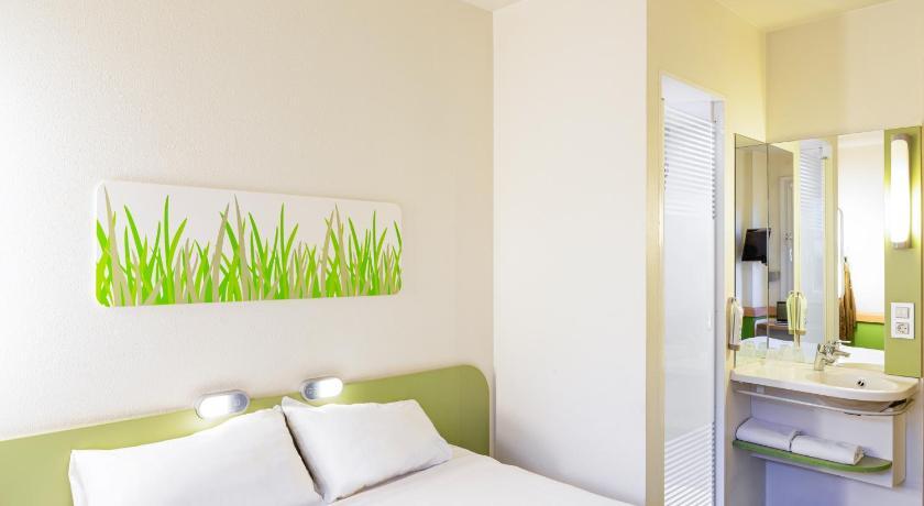 Vue de la chambre d'hôtel moderne et confortable