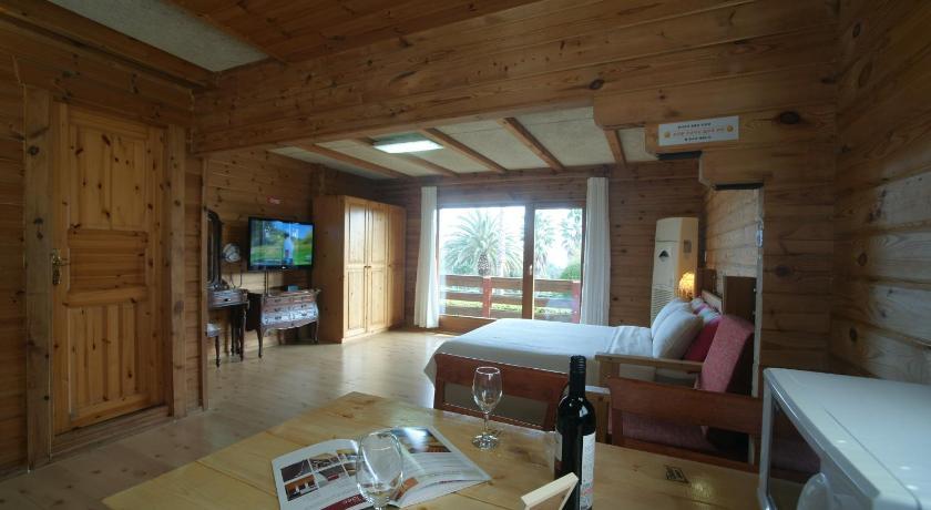酒店是那种小木屋,从阳台看出去就是大海