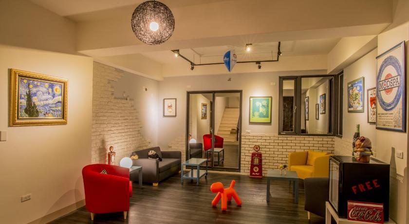 房间及外部客厅的设计是现代工业设计感并在设计上有