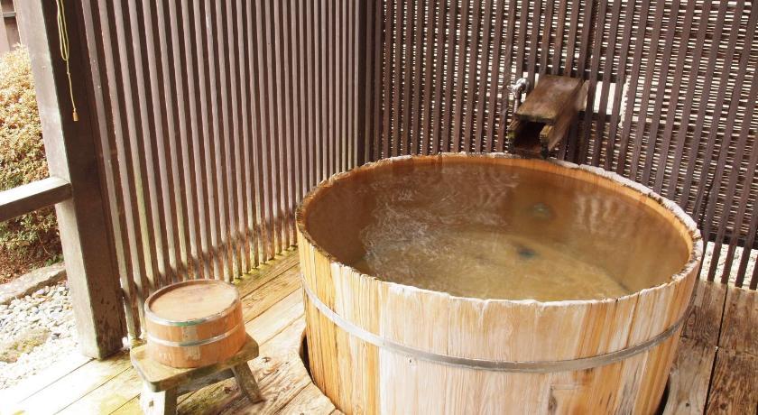温泉木桶的底部比较滑