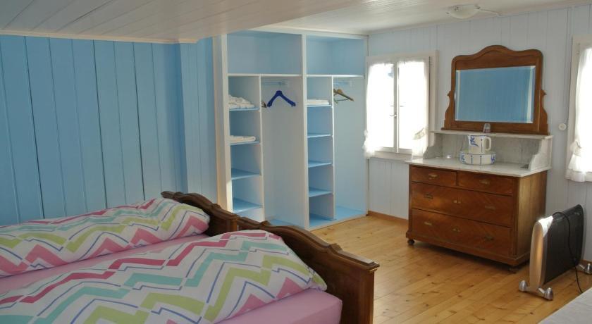 我只是一个人住在一个简单的小房间,虽然跟人共用浴室,但还是很方便的