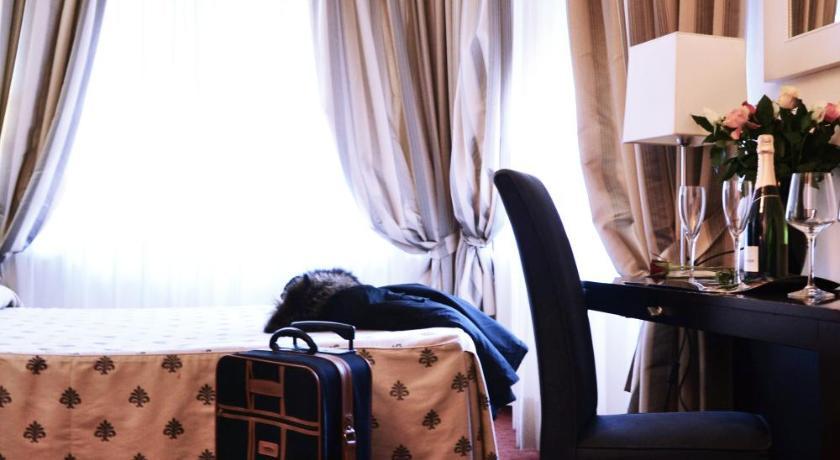 条评语   员工热情   wang,  法国   价格便宜,酒店房间也不错,员工