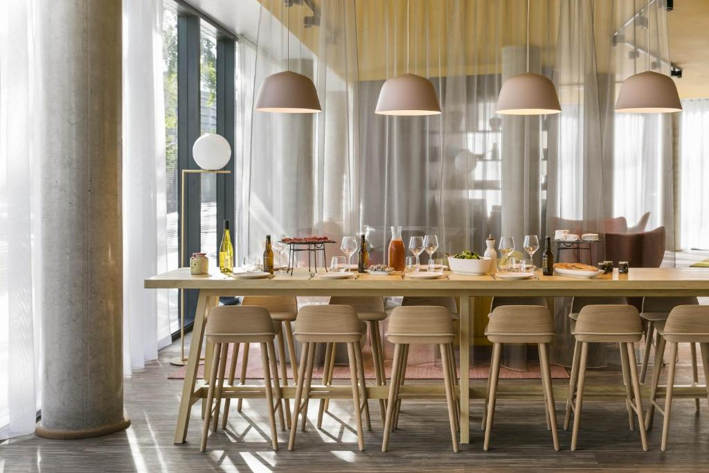A restaurant or other place to eat at Okko Hotels Paris Porte De Versailles