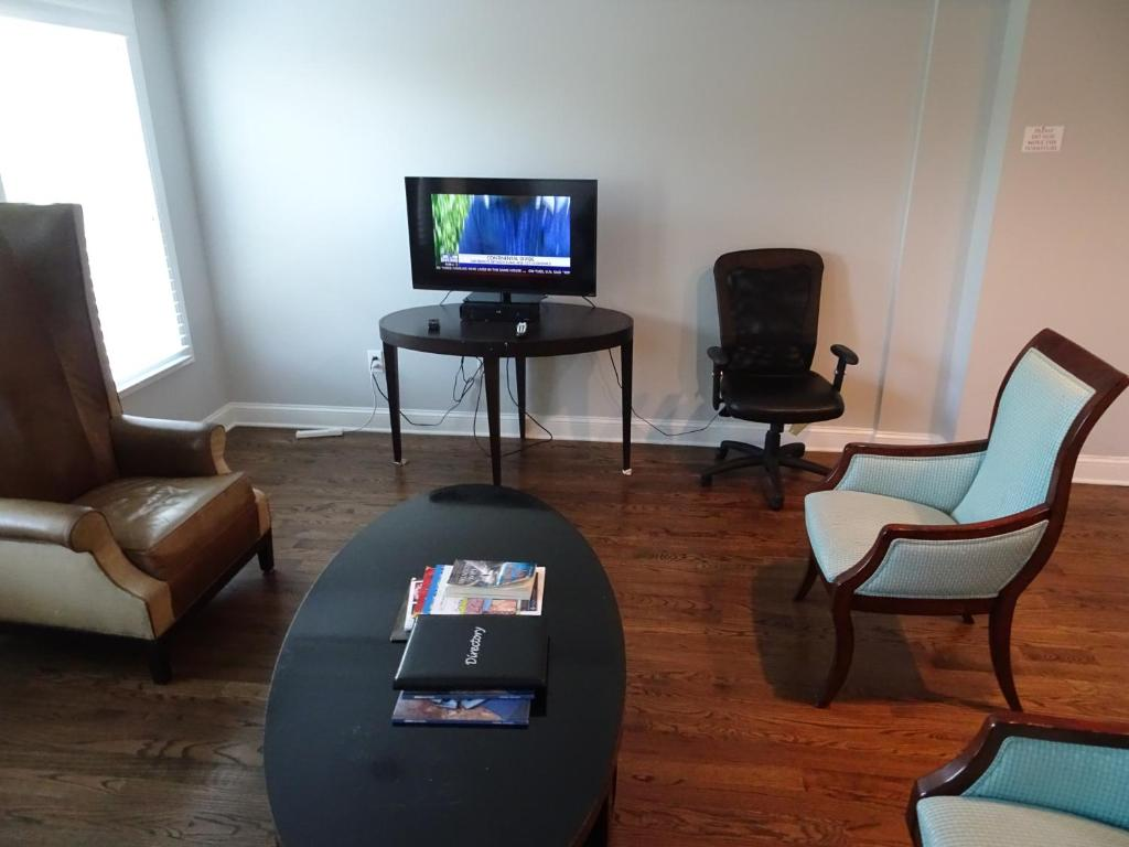 A television and/or entertainment center at La Lisa - FREE Designated Parking Lg 2Bdrm w/Ensuite Bath