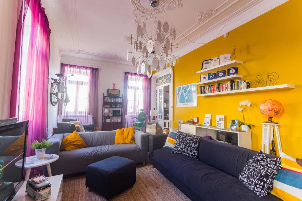 The lounge or bar area at Aveiro Rossio Hostel