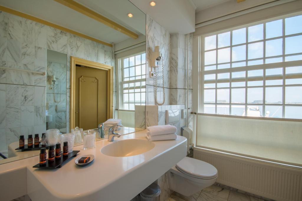 Een badkamer bij Auberge de Campveerse Toren