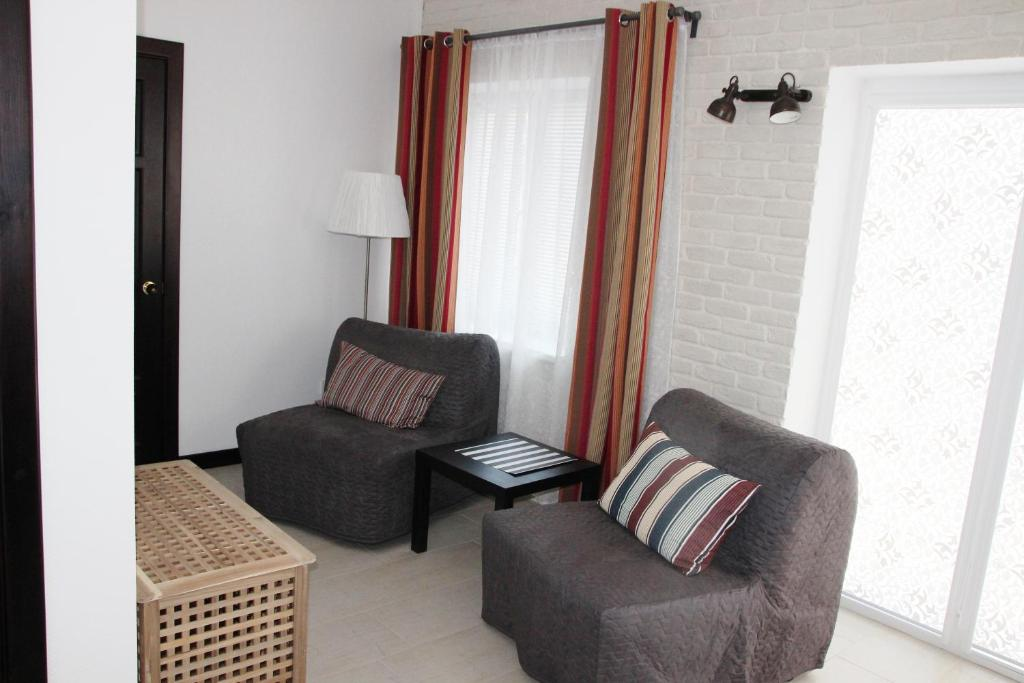 A seating area at Guest House Azov Inn