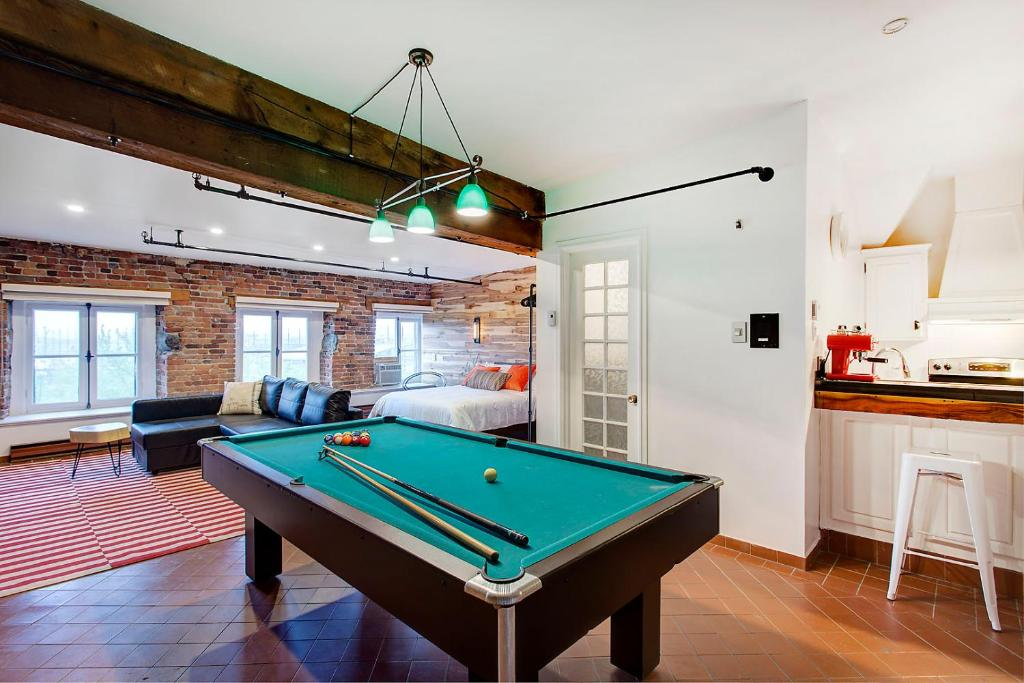 A pool table at Loft Place Jacques-Cartier
