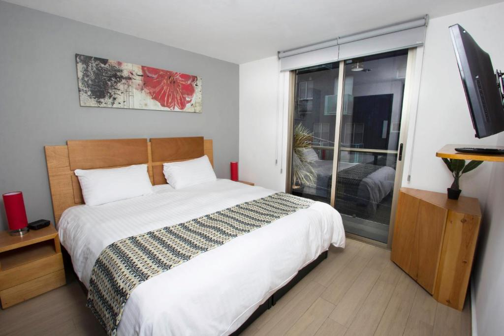 A bed or beds in a room at HomFor Napoles