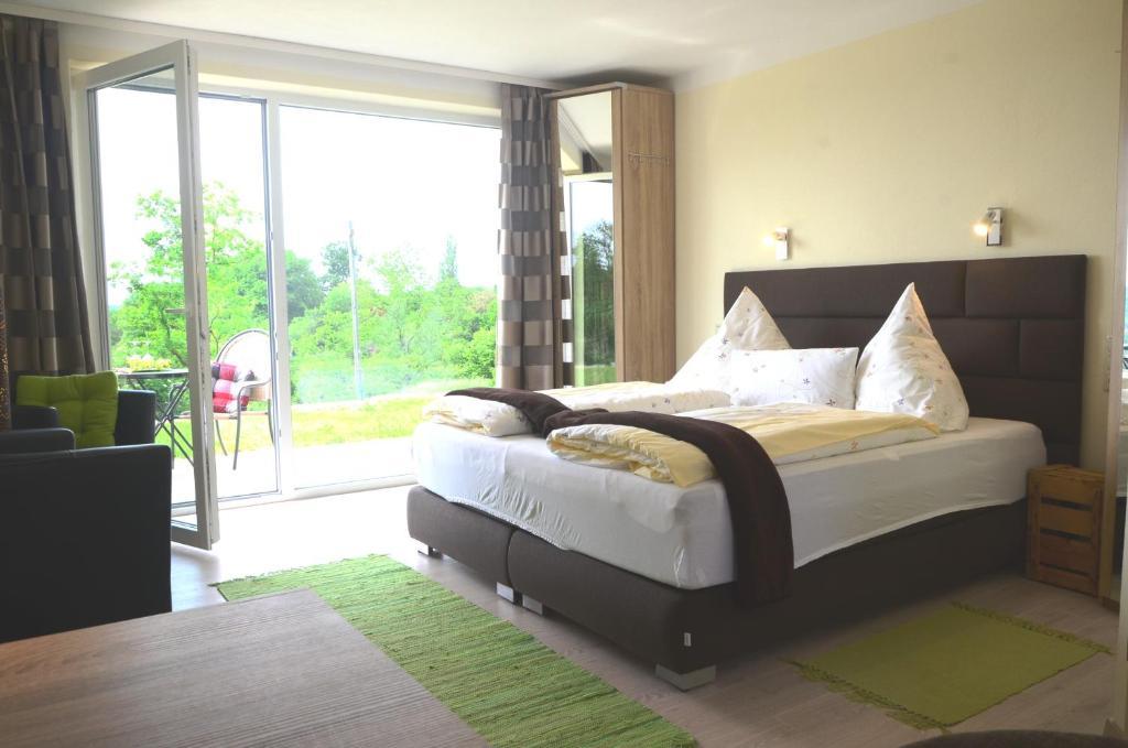 A bed or beds in a room at Kirschberghof Gästehaus und Weinverkauf