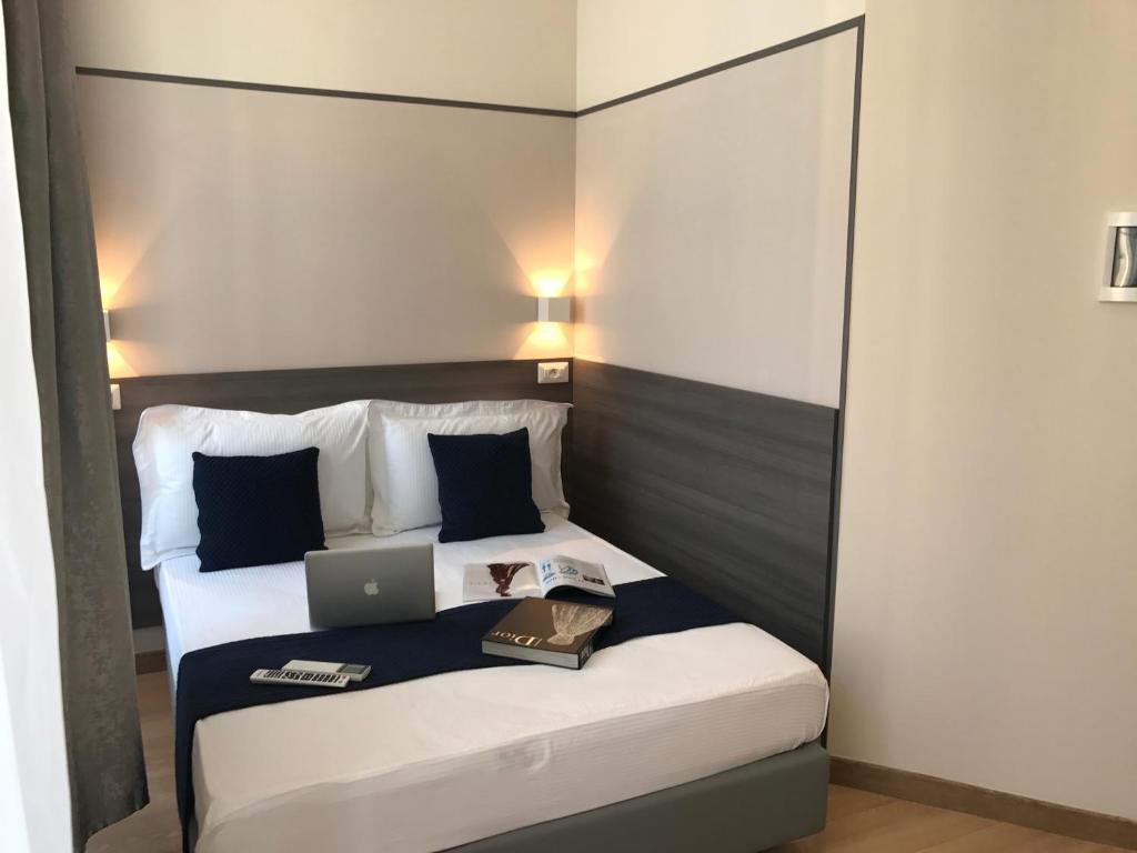 מיטה או מיטות בחדר ב-Boutique Hôtel Neptune Nice