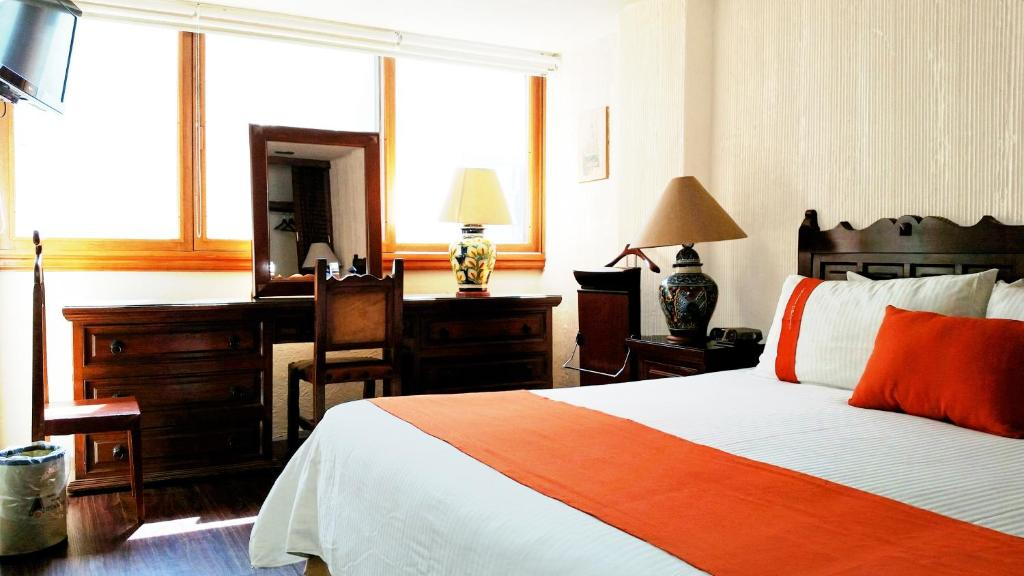 A bed or beds in a room at Suites Amberes