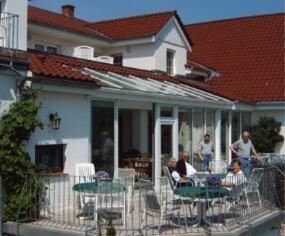 A restaurant or other place to eat at Neukirchener Hof
