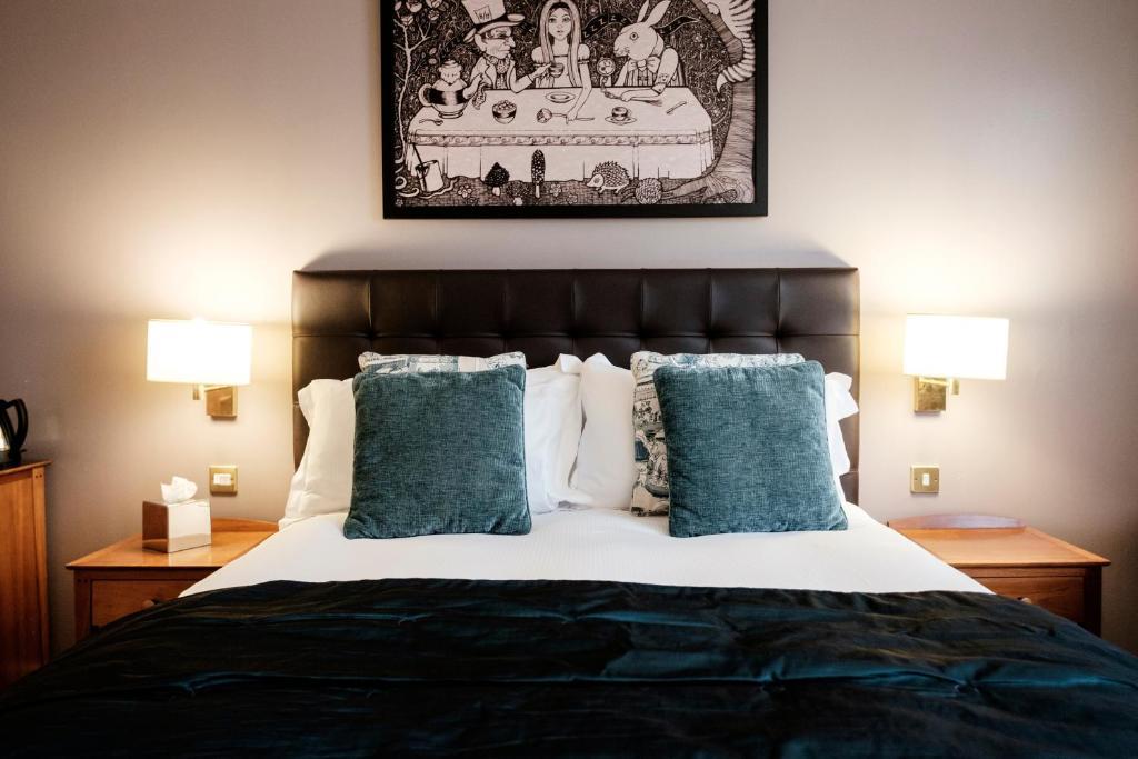 מיטה או מיטות בחדר ב-The Mad Hatter Hotel