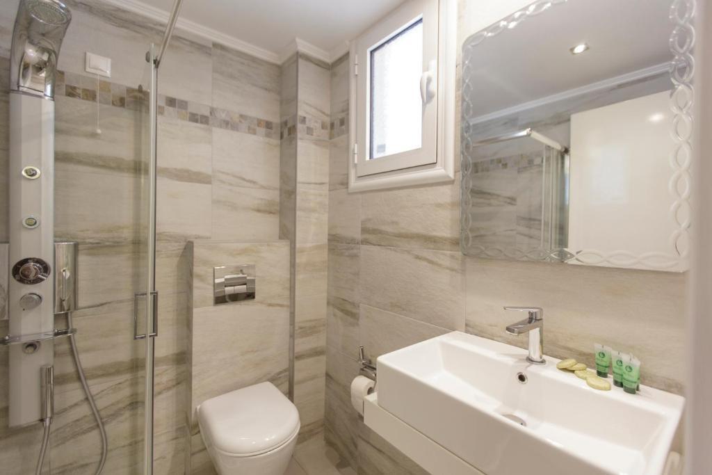 A bathroom at Hotel Apartments Panorama