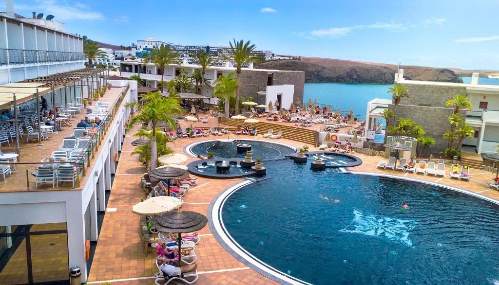 Uitzicht op het zwembad bij Hotel THe Mirador Papagayo of in de buurt