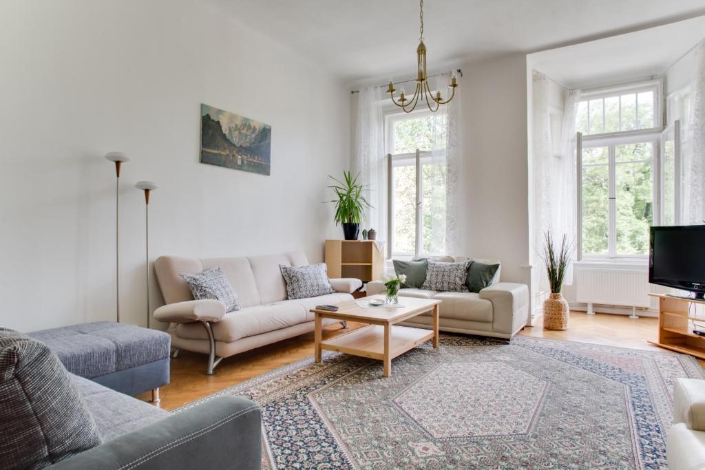 Uma área de estar em Sunny Vinohrady Apartments