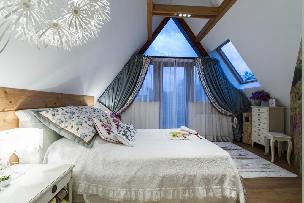 Łóżko lub łóżka w pokoju w obiekcie Rezydencja Tatry - Apartament Chamerion 1