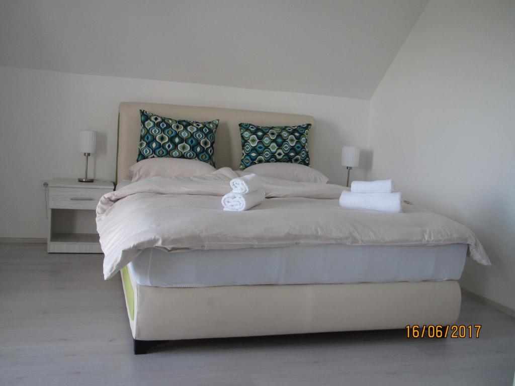 A bed or beds in a room at Guest House Baranin Pitomine