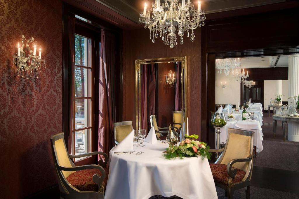 A restaurant or other place to eat at Wald & Schlosshotel Friedrichsruhe
