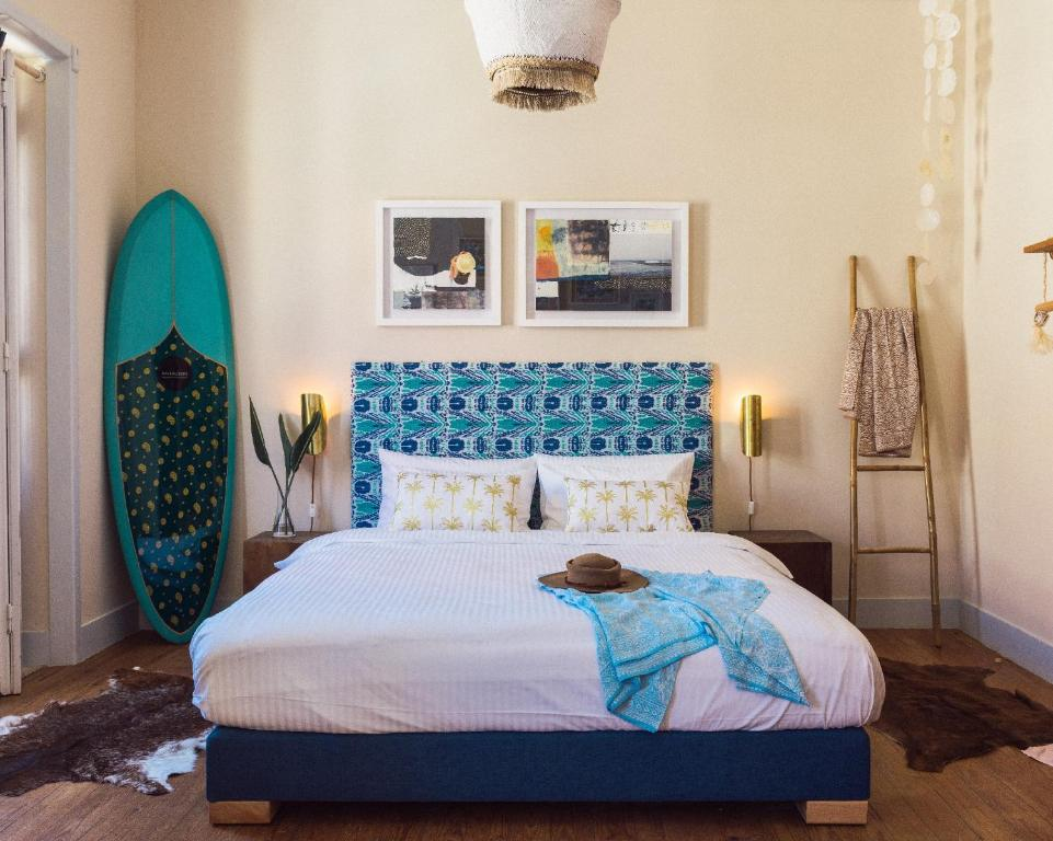 A bed or beds in a room at Magic Quiver Surf Lodge